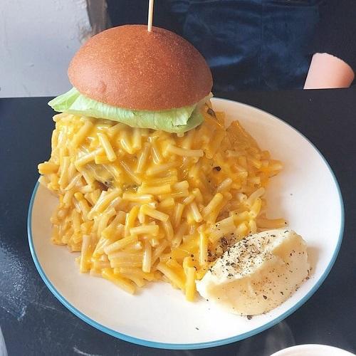 [画像] マカロニとチーズの大渋滞...。チーズ好き必見♡バンズに収まりきらない「マッカンバーガー」って知ってる?
