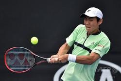 全豪オープンテニス、男子シングルス1回戦。リターンを打つ西岡良仁(2018年1月15日撮影)。(c)AFP=時事/AFPBB News