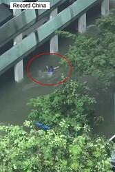 25日、澎湃新聞によると、豪雨の中をバタフライで泳ぐ男性に頭がおかしいとネットユーザーから批判が殺到したものの、真相が発覚して態度を翻している。