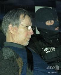 フランス・シャルルビルメジエールの裁判所を出るミシェル・フルニレ受刑者(2008年5月13日撮影、資料写真)。(c)BENOIT DOPPAGNE / BELGA / AFP