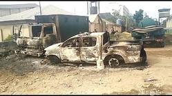 焼け焦げた車両。ナイジェリア南部イモ州オウェリの刑務所前で(2021年4月5日撮影)。(c)AFPTV / AFP