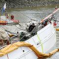 ドイツ・シュターデの港で、沈没した木造帆船「エルベ5号」の上で作業をするダイバーら。AFP Extra提供(2019年6月9日撮影)。(c)Bodo Marks / DPA / dpa Picture-Alliance