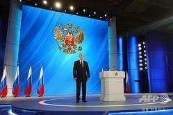 ロシアの首都モスクワにある展示場で、年次教書演説に先立ち国歌放送を聞くウラジーミル・プーチン大統領(2020年1月15日撮影)。(c)Mikhail KLIMENTYEV / SPUTNIK / AFP