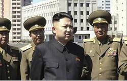 金正恩氏と人民保安省の幹部たち(朝鮮中央通信)