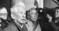 (写真)要請後に三菱重工本社前で記者団に答える高橋氏(左から2人目)と寺尾氏(左から3人目)=18日、東京都千代田区