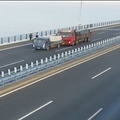 中国の高速道路で車が立ち往生 夫婦の避難直後にトラックが衝突
