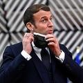 ベルギー・ブリュッセルの欧州連合(EU)本部で、記者会見前にマスクを外すエマニュエル・マクロン仏大統領(2020年12月10日撮影、資料写真)。(c)JOHN THYS / POOL / AFP