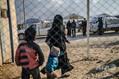 シリア北東部のクルド人実効支配地域にあるアルホル避難民キャンプで、イスラム国(IS)の最後の拠点から逃げ出した後に収容されたフランス人女性(2019年2月17日撮影、資料写真)。(c)AFP=時事/AFPBB News