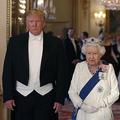 (左から)ドナルド・トランプ米大統領(肩書は当時)、エリザベス女王、トランプ氏の妻メラニア氏。英バッキンガム宮殿で(2019年6月3日撮影)。(c)Alastair Grant / POOL / AFP