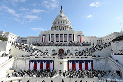 米連邦議会議事堂で行われた大統領就任式で演説するジョー・バイデン新大統領(中央、2021年1月20日撮影)。(c)Patrick Semansky / POOL / AFP