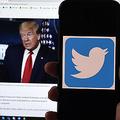 ドナルド・トランプ米大統領のツイッターページが表示されたパソコン画面と、ツイッターのロゴが表示されたスマートフォン(2020年5月27日撮影)。(c)Olivier MORIN / AFP