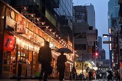 緊急事態宣言が継続するなか、飲食店の明かりがともる夕暮れ時のJR新橋駅前=東京都港区で2020年5月21日午後6時36分、北山夏帆撮影