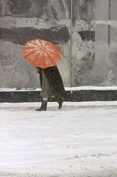 ソール・ライター《赤い傘》1958年頃、発色現像方式印画 ©Saul Leiter Foundation
