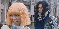 高校生役のGACKTと、男装している二階堂ふみ  - (C) 2019 映画「翔んで埼玉」製作委員会