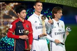 この試合で2ゴールを決めた柴崎(左)。ハットトリックのC・ロナウド(中央)はMOMに選出された。(C)Getty Images