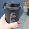 コンビニでいれたてコーヒーを買ってテイクアウトする客は多い(イメージ)