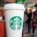 スターバックスコーヒーのロゴ入りカップ=米ニューヨーク