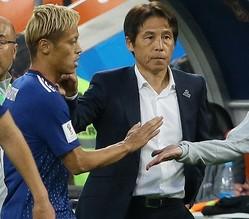 本田と西野監督、逆風に晒されてきたふたりが結果を残した。写真:JMPA代表撮影(滝川敏之)