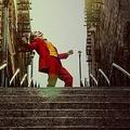 階段のダンスと共に印象的なトイレのダンスシーンの一部が公開  - (C)2019 Warner Bros. Ent. All Rights Reserved TM & (C) DC Comics
