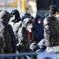 米ニューヨーク市クイーンズ区の病院で、新型コロナウイルス検査を受けるために並ぶ人々(2020年3月25日撮影)。(c)Angela Weiss / AFP