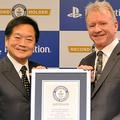 ギネス世界記録の認定証を手にする「プレステの生みの親」の久多良木健・元ソニー副社長(左)と、ソニー・インタラクティブエンタテインメントのジム・ライアン社長=2019年12月3日、東京都港区