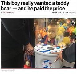 テディベアを取ろうとした結果…(画像は『New York Post 2019年5月23日付「This boy really wanted a teddy bear - and he paid the price」(Caters News Agency)』のスクリーンショット)