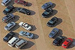 中国では自動車台数が急速に増加し、駐車スペースが足りないため歩道などに無理に駐車しようとして柵などを破損することが多いという。(イメージ写真提供:123RF)