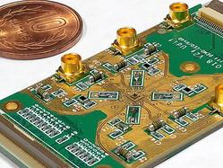 光の粒から電子に情報を移し替える「量子中継器」。緑色の基盤の中央部に直径1万分の1ミリ以下の「小部屋」があり、そこに電子が1個閉じ込めてある=大阪大産業科学研究所