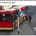 突き飛ばされた少女はバスに頭を轢かれそうに…(画像は『Metro 2018年4月19日付「Teenager almost killed when friend pushes her under bus 'for a joke'」(Picture: PA)』のスクリーンショット)
