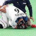 走塁中に腰の激痛に襲われた中田は自力で立てず