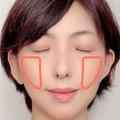 頬骨から口角に向かって楕円を描くようにブラシを動かして、ふんわりとぼかしながらチークを広げます