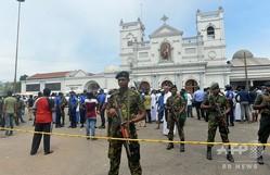 スリランカの中心都市コロンボで、爆発が発生した聖アンソニー教会の外を警備する治安要員ら(2019年4月21日撮影)。(c)AFP=時事/AFPBB News
