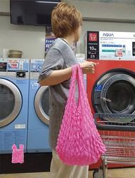 差し色にもぴったり!トイピンク色の絞りエコバッグ(彩都webstore提供)