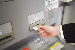 主な銀行の振込手数料を徹底比較しました! 皆さんは普段どんな方法で振込をしていますか? 銀行窓口、ATM、ネットなど、銀行や振込方法によって手数料にはかなりの差があるのです。