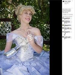 ガラスの腕をつけたシンデレラに(画像は『Mandy Pursley 2019年9月19日付Facebook「At long last...Cinderella -- with a glass ARM!」』のスクリーンショット)