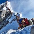 5月22日、エベレスト山頂直下で列を作る登山者たち。今シーズンの登頂者は史上最高となる885人、死者は11人に上った。著名な登山家ロビン・フィッシャーも8600m地点で死亡している