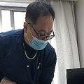 医師がゆっくりと休めるよう、念入りに掃除機をかける(画像の一部を加工しています)