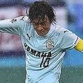 壁の下を狙った52分のFKは、横浜の選手たちを見事に欺いたが、惜しくもポストに阻まれてゴールならず。(C)J.LEAGUE PHOTOS