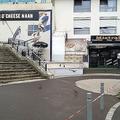 仏パリ東郊ノワジールグランで、サンドイッチの提供が遅いことに腹を立てたとみられる客がウエーターを射殺した飲食店の前に立つ警察官(2019年8月17日撮影)。(c)Tiphaine LE LIBOUX / AFP