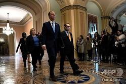 ドナルド・トランプ米大統領の弾劾裁判のため上院に到着した下院情報特別委員会のアダム・シフ委員長(中央左)ら(2020年1月16日撮影)。(c)Brendan Smialowski / AFP