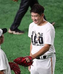 試合前にキャッチボールを終えて笑顔を見せる巨人・菅野=東京ドーム(撮影・福島範和)