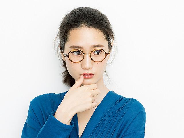 6b09b42449a688 メガネをかけてお出かけする時、アイメイクはどうしていますか? 特にいつもと変わらず、裸眼やコンタクトレンズのときと同じメイク をしているという人は多いのでは。
