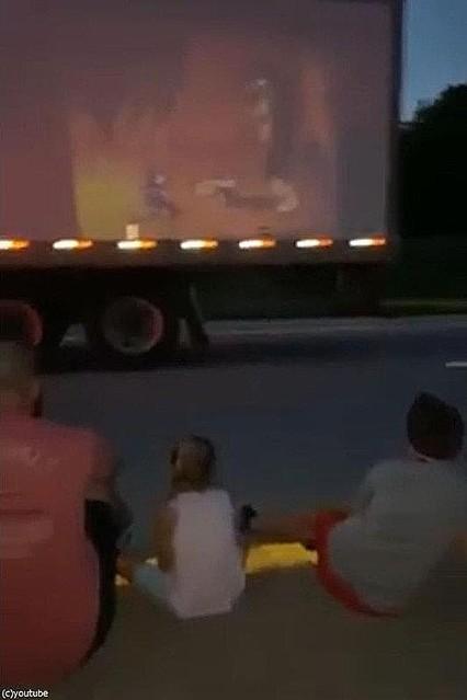 「渋滞で2時間動かない…後ろの男性がプロジェクターで子供たちのために映画を上映してくれた」(動画)