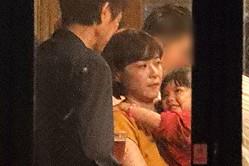 『監察医 朝顔』の打ち上げ会場で子役・加藤柚凪を抱っこする上野。