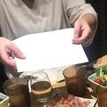 手話で会話するグループが居酒屋に 料理説明の紙を渡す店員の対応話題