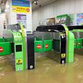 冠水した武蔵小杉駅の自動改札機(川崎市中原区、JR東日本提供)