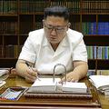 27日、大陸間弾道ミサイル発射の命令書に署名する金正恩氏(朝鮮中央通信)