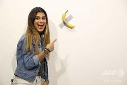 米フロリダ州マイアミビーチで開催された現代美術展「アートバーゼル」に出展された、マウリツィオ・カテラン氏によるバナナの作品「コメディアン」(2019年12月6日撮影)。(c)Cindy Ord/Getty Images/AFP