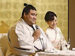 演歌歌手の杜このみさん(右)との婚約を発表する高安(31日)=浦上太介撮影