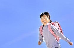 中国メディアは、中国の小学生が登下校する際は両親や祖父母が付きそうのが当たり前になっており、その背景には大都市の自動車の多さや、子どもたちだけで街を歩かせることに対する不安感があると紹介。その一方で、日本では小学生が自分たちだけで登下校をすると伝えた。(イメージ写真提供:123RF)
